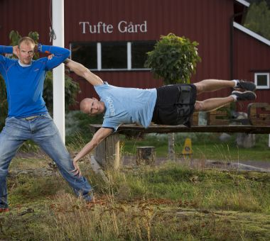 """Lasse Tufte er en av Norges fremste eksperter på trening med egen kroppsvekt. Her demonstrer han et såkalt """"human flag"""" på navnebror og OL-vinner Olaf Tufte."""